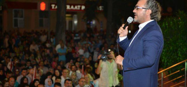 İnegöllüler, 15 Temmuz´daki kalkışma gecesinin ardından Cumhurbaşkanı Recep Tayyip Erdoğan´ın çağrısıyla meydanlara inerek demokrasi nöbeti tutmaya devam ediyor. Belediye meydanını tıklım tıklım dolduran vatandaşlar ellerindeki bayraklar ve pankartlarla görsel şölen […]
