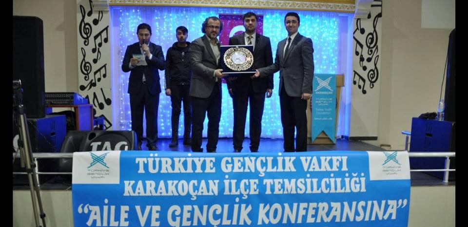 """TÜGVA Karakoçan Teşkilatı tarafından düzenlenen """"Aile ve Gençlik"""" konferansına katılan Eğitimci Yazar Sıtkı Aslanhan'ın anlattıkları hem düşündürdü hem güldürdü. Türkiye Gençlik Vakfı Karakoçan Teşkilatı tarafından Eğitimci Yazar Sıtkı Aslanhan'ın katıldığı […]"""