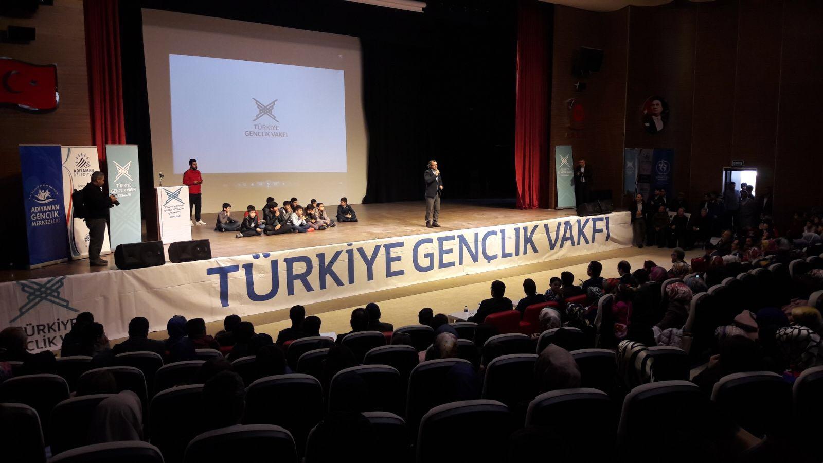 """Türkiye Gençlik Vakfı (TÜGVA) Kahta Gençlik Merkezi, Kahta Kaymakamlığı ve Kahta Belediyesi işbirliği ile """"Hayata Gülümse"""" semineri düzenlendi. Kahta Kültür Sitesi'nde gerçekleştirilen seminerde konuşan Kişisel Gelişim Uzmanı Sıtkı Aslanhan, toplumda […]"""